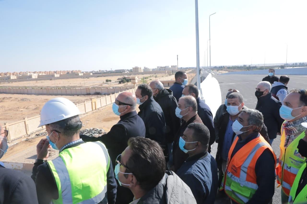 الوزير يتفقد مشروع القطار الكهربي