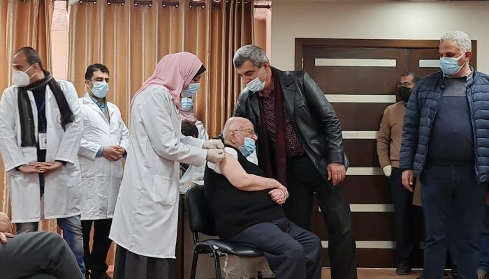 وزير الصحة الفلسطيني الأسبق رياض الزعنون يتلقى لقاح كورونا بغزة