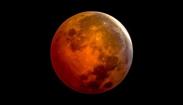 القمر يقترب من نجم قلب العقرب